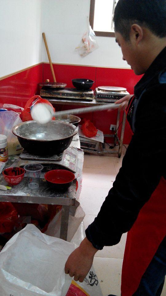 学员自己操作,聚香园香酥大油条